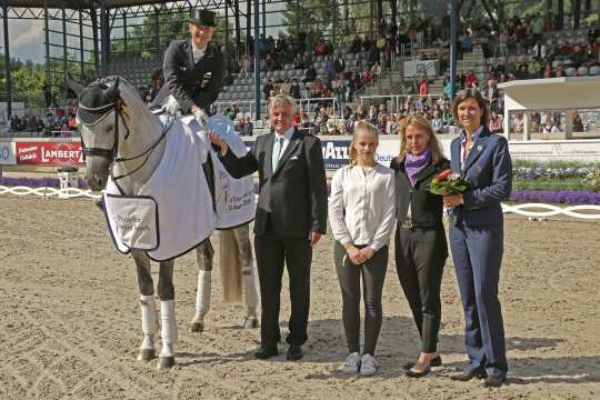 ALRV Supervisory Board member Stefanie Peters, Sabine Tesch, Vicky Tesch and Siegward Tesch (f.t.r.) congratulating the winner (Photo: CHIO Aachen/ Michael Strauch).