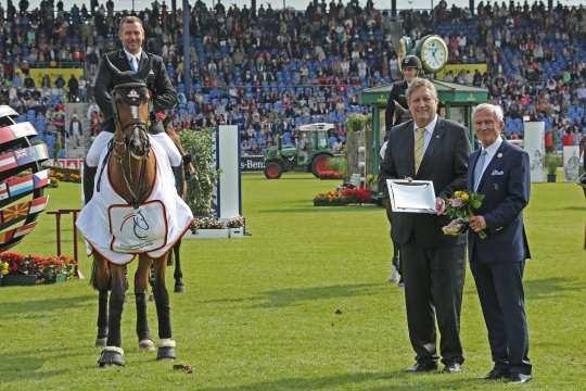 Dem Sieger gratulieren Carl Meulenbergh, ALRV-Präsident (rechts), und Axel Wirtz, Vorsitzender im Sportausschuss im Landtag NRW.