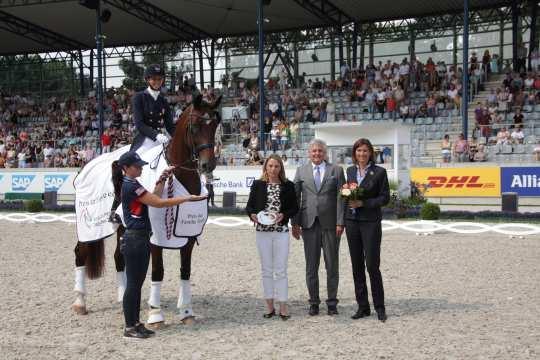 Der Siegerin gratulieren Sabine und Siegward Tesch zusammen mit ALRV-Aufsichtsratsmitglied Stefanie Peters (rechts). Foto: CHIO Aachen/ Michael Strauch