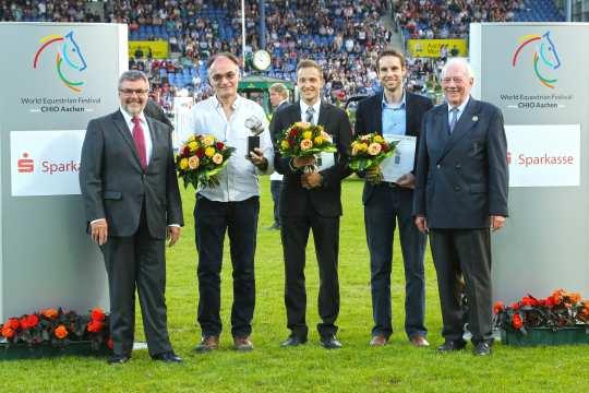 Dem Sieger Christophe Bricot (2.v.l.) gratulieren Helmut Schiffer, Geschäftsführer des Rheinischen Sparkassen- und Giroverbandes (links) und Hans Kauhsen, Mitglied des ALRV-Aufsichtsrats.