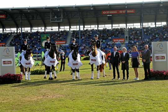 Congratulations to the winning German team and team manager Klaus Röser from Prof. Dr. Hermann Bühlbecker, owner of the Lambertz Group, ALRV President Stefanie Peters and the President of the German Equestrian Federation Hans-Joachim Erbel (from left).