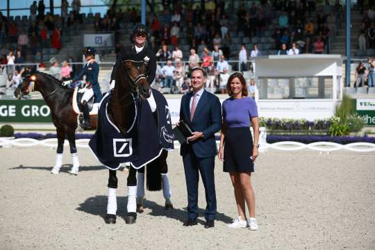 The winner Isabell Werth is congratulated by James von Moltke, Chief Financial Officer Deutsche Bank AG and ALRV President Stefanie Peters.