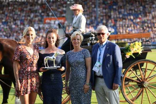 Das Foto zeigt die Vorjahressiegerin Juliane Barth (2.v.l.) mit den Jurymitgliedern Annica Hansen, Nadine Capellmann und Wolfgang Brinkmann. Das Bild kann honorarfrei verwendet werden (Foto: CHIO Aachen/ Strauch).