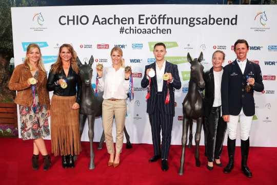Golden glory on the red carpet (f.t.l.): Julia Krajewski, Dorothee Schneider, Jessica von Bredow-Werndl, Felix Streng, Isabell Werth and Ben Maher. Photo: CHIIO Aachen/Andreas Steindl