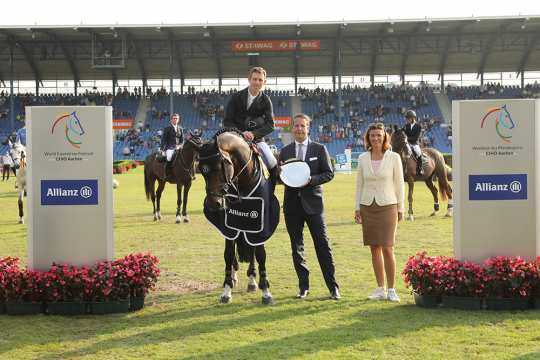 The winner Scott Brash is congratulated by Oliver Leber, Sales Director Allianz Cologne, and ALRV President Stefanie Peters. Photo (c) CHIO Aachen / Michael Strauch