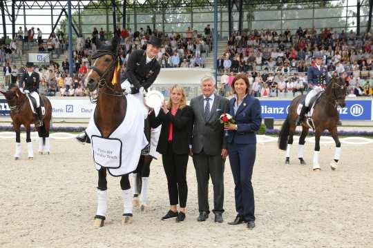 Der Siegerin gratulieren Sabine und Siegward Tesch zusammen mit Stefanie Peters aus dem ALRV-Aufsichtsrat (rechts).