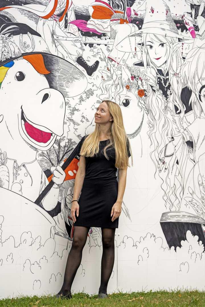 CHIO Aachen employee, Anne, in front of the selfie spot created by Lisa Santrau. Photo: CHIO Aachen/ Jil Haak