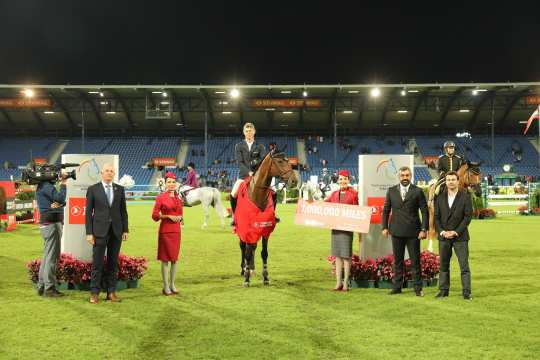 Congratulations to the winner from left to right: ALRV Supervisory Board Member Jürgen Petershagen, Turkish Airlines Board Member Mithat Görkem Aksoy and Yunus Ozleyen, Sponsorship Investments Turkish Airlines. Photo: CHIO Aachen/ Michael Strauch