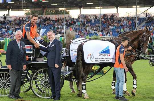 Baron Wolf von Buchholtz und Alexander Wilden, Inhaber und Geschäftsführer der schwartz Gruppe, gratulieren dem Sieger.