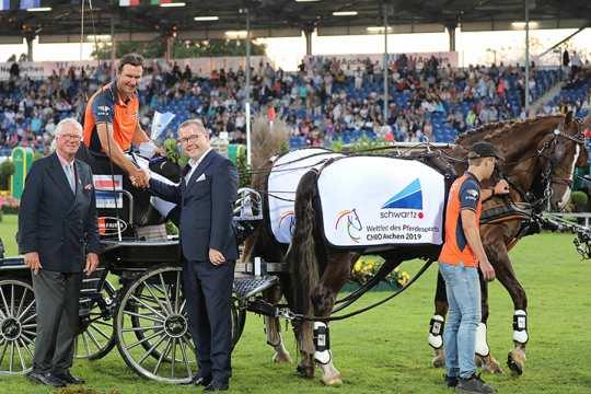 ALRV-Vice President Baron Wolf von Buchholtz and Alexander Wilden, owner and CEO of the schwartz Group, congratulate the winner.