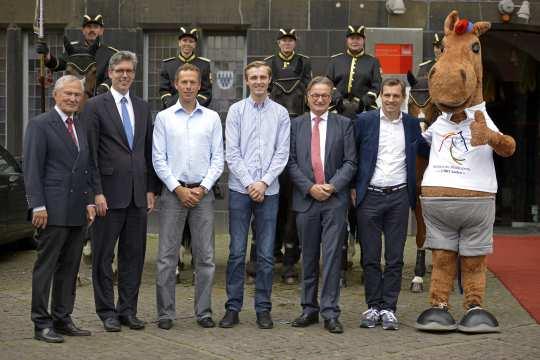 v.l. Carl Meulenbergh, Marcel Philipp, Christian Ahlmann, Sönke Rothenberger, Frank Kemperman, Michael Mronz und CHIO Aachen-Maskottchen Karli.