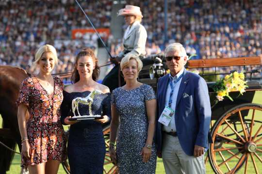 The winner Juliane Barth (2.vl.) with Annica Hansen, Nadine Capellmann and Wolfgang Brinkmann (from the left.). Photo: CHIO Aachen/ Michael Strauch