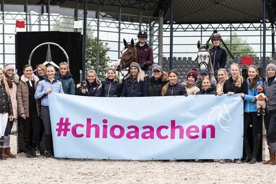 Die Teilnehmerinnen des 2. CHIO Aachen-Bloggertreffens zusammen mit Springreit-Bundestrainer Otto Becker. Foto: CHIO Aachen/ Franziska Sack