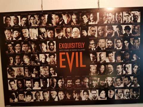 Alle Bond-Bösewichter auf einem Plakat im Durchgang zwischen Restaurant und Küche.