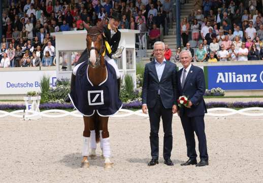 Isabell Werth is congratulated by Karl von Rohr, Deputy Chairman of the Executive Board of Deutsche Bank, and Carl Meulenbergh. President of the Aachen-Laurensberger e.V. Photo: Fotostudio Strauch