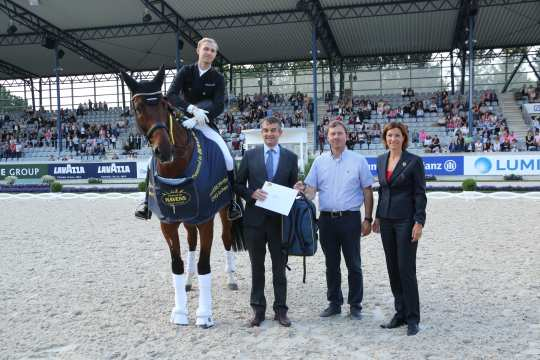 The winner is congratulated by Joris Kaanen, General Manager Havens (left) and Stefanie Peters, member of the ALRV advisory board. (Foto: CHIO Aachen/ Michael Strauch)