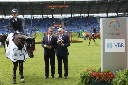 "Ralf Hündgen, VBR, and supervisory board member Wolfgang ""Tim"" Hammer congratulating the winner."