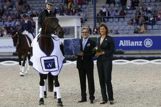 "Horst Wollgarten, CEO of the ""WOTAX Steuerberatungs- und Wirtschaftsprüfungsgesellschaft mbH"", and Stefanie Peters, member of the ALRV advisory board, congratulate the winner."