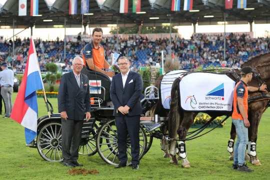 ALRV-Vice President Baron Wolf von Buchholtz and Alexander Wilden, owner and CEO of the schwartz Group, congratulate the winner. Photo: Fotostudio Strauch
