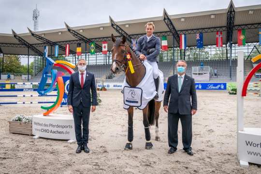 The ALRV Supervisory Board members Dr. Thomas Föhr (left) and Peter Weinberg congratulate Richard Vogel on his victory. Photo: Aachen International Jumping/ Arnd Bronkhorst