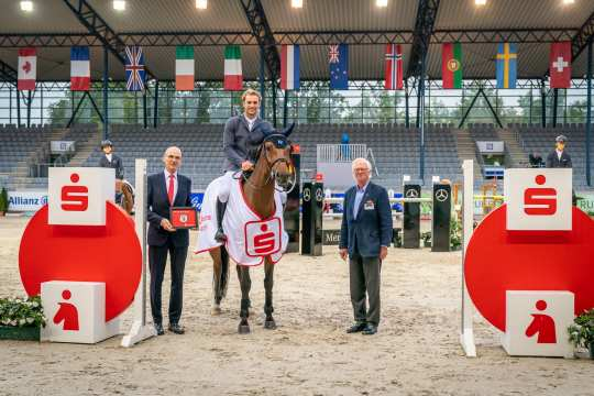Ralf Wagemann, Member of the Board Sparkasse Aachen (left) and ALRV Vice President Baron Wolf von Buchholtz congratulate the winner. Photo: Aachen International Jumping/ Arnd Bronkhorst