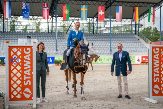 STAWAG board member, Dr. Christian Becker, and the President of the Aachen-Laurensberger Rennverein, Stefanie Peters, congratulating the winner, Christian Ahlmann. Photo: Aachen International Jumping/ Arnd Bronkhorst