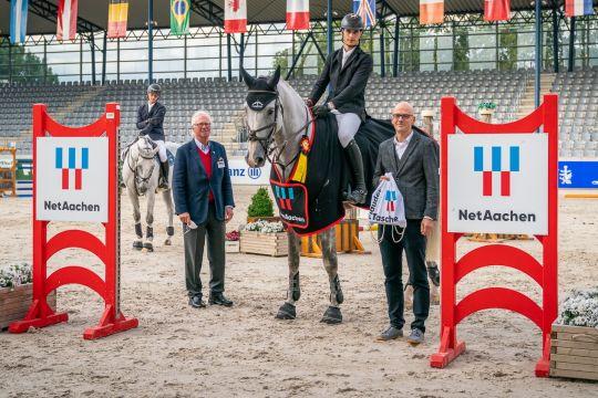 NetAachen General Manager Andreas Schneider (right) and ALRV Vice President Baron Wolf von Buchholtz congratulate the winner. Photo: Aachen International Jumping/ Arnd Bronkhorst