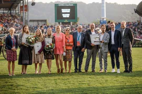 Das Foto zeigt die Sieger von 2019, das Team von sportschau.de (rechts) mit den Platzierten und den Jurymitgliedern (Foto: CHIO Aachen/ Franziska Sack).