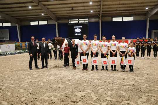 Thomas Salz, Member of the Board of Sparkasse Aachen, and Peter Weinberg, Member of the ALRV Supervisory Board, congratulate the winning Team Fredenbeck.