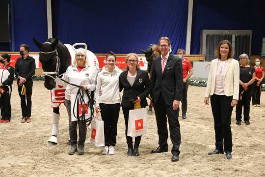 Janika Derks is happy about her victory, Thomas Salz, Member of the Board of Sparkasse Aachen, and ALRV President Stefanie Peters congratulate.