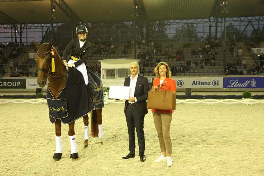Congratulations from Dr. Adalbert Lechner, Managing Director and member of the group management of Lindt & Sprüngli AG, and ALRV President Stefanie Peters the lucky winner. Photo: CHIO Aachen / Michael Strauch