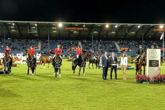 Congratulating the winning US team and their boss Robert Ridland (2nd from right) are, from right, ALRV President Stefanie Peters and Jörg Heinermann, Chairman of the Board Mercedes-Benz Cars Sales Germany. Photo: CHIO Aachen/ Michael Strauch