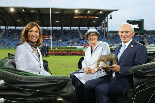 Lap of honour in a carriage: ALRV President, Stefanie Peters; Mayoress, Sibylle Keupen and ALRV Honorary President, Carl Meulenbergh (f.t.l.). Photo: CHIO Aachen/Michael Strauch.