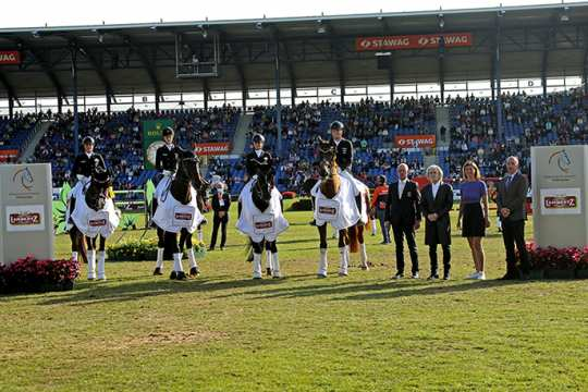 The winning German team and Chef 'd Equipe Klaus Roeser are congratulated by Prof. Dr. Hermann Bühlbecker, owner Lambertz Group, ALRV-President Stefanie Peters and German FN President Hans-Joachim Erbel (f.t.l.).  Photo: CHIO Aachen/Michael Strauch