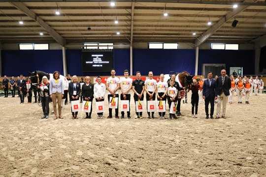 Dem siegreichen Team gratulieren (v.l.) ALRV-Präsidentin Frau Stefanie Peters, Dr. Christian Burmester, Stellvertretender Vorstandsvorsitzender der Sparkasse Aachen, und Hans-Joachim Erbel, Präsident der Reiterlichen Vereinigung (FN).
