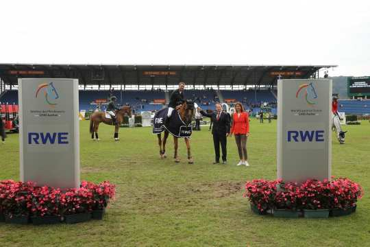 The winner is congratulated by Dr. Frank Weigand, CEO of RWE Power AG and ALRV President Stefanie Peters.