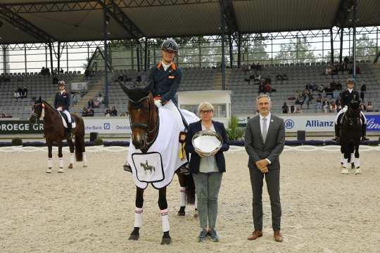 From left: Ms. Anja Heeb-Lonkwitz, Managing Director, and Dr. Thomas Förl congratulate the lucky winner Marten Luiten. Photo: CHIO Aachen / Michael Strauch