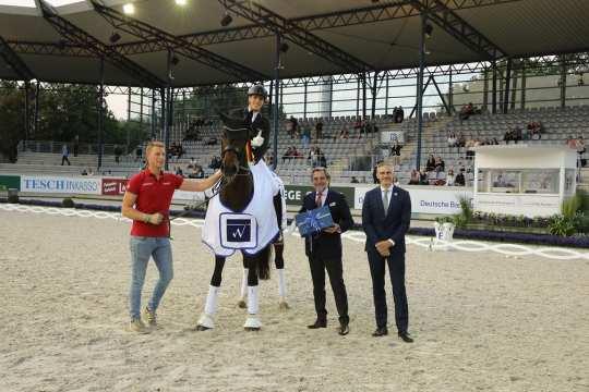 Congratulating the winner are Horst Wollgarten, Managing Partner of WOTAX Steuerberatungs- und Wirtschaftsprüfungsgesellschaft mbH (left) and ALRV Supervisory Board member Dr. Thomas Förl. Photo: CHIO Aachen/ Michael Strauch