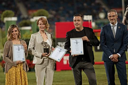 Member of the ALRV Supervisory Board, Dr. Thomas Förl, (right) congratulating the winner, Diana Wahl (2nd f.t.l.), Franzsika Sack and Andreas Steindl. (Photo: CHIO Aachen/Michael Strauch).